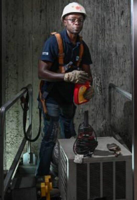 Un technicien de CFAO Technology et Energy